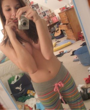 Young pussy and nude tits selfies