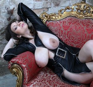 Sexy babe Lina unzips her latex..